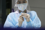 Un'infermiera pronta a fare un vaccino