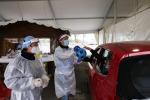 Operatori sanitari effettuano tamponi drive-through