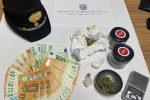La droga e il denaro trovati in casa della persona arrestata
