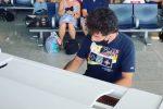 All'aeroporto di Catania Max Gazzè improvvisa performance al pianoforte: il video con burla