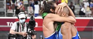 L'abbraccio di Jacobs e Tamberi, entrambi vincitori della medaglia d'oro