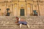 Turista mostra i glutei davanti al Duomo di Noto, forse lo stesso di Modica: multa da 10mila euro