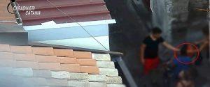 Bambini come pusher incassano i soldi della droga: il video dello spaccio a Catania