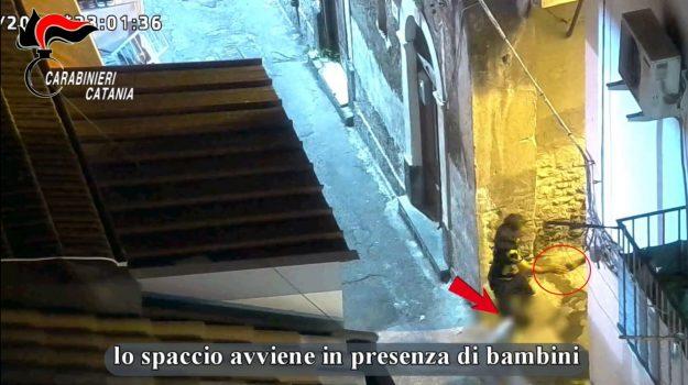 Catania, 20 arresti per droga: anche i bambini e le donne incassavano i soldi dei clienti
