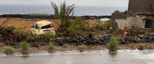 Auto sui campi a Pantelleria dopo la tromba d'aria