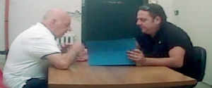 Il boss Pietro Formoso mentre consegna un pizzino al suo avvocato Alessandro Del Giudice