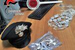 Catania, spacciatore tenta di fuggire dai carabinieri e getta per strada la droga: arrestato
