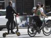 Una persona su un monopattino elettrico in una via del centro di Milano