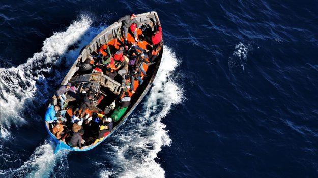 Migranti: 68 accolti a Lampedusa, l'Aita Mari approda a Trapani