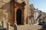 La chiesa di Sant'Antonio Abate, a Noto: accanto ci sono i locali occupati (foto Rosana)