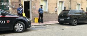 I carabinieri all'opera assieme ai vigili del fuoco nella palazzina protetta dalle telecamere