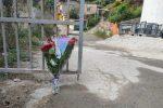 Un mazzo di fiori lasciato nel cantiere dove è morto Salvatore Ada