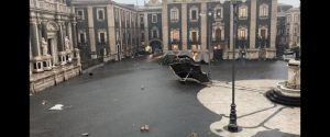 Maltempo a Catania, tromba d'aria devasta il centro storico: feriti e alberi sradicati