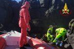 Paura nel Catanese, anziana scivola in mare dalla scogliera di Stazzo: salvata dai vigili del fuoco