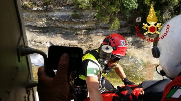 Turista cade ai Laghetti d'Avola, soccorso da un elicottero dei Vigili del fuoco