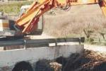 Maltempo, escavatore ripulisce il fiume Naro