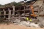 """""""Ecomostro"""", le fasi della demolizione alla Scala dei Turchi"""