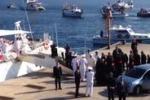 Lampedusa accoglie Papa Francesco: il video dell'arrivo