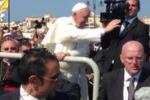 Lampedusa, papa Francesco tra la folla: le scene