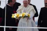 Il Papa a Lampedusa, corona in mare e messa al campo sportivo