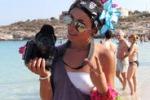 "Ilary, la ""paparazza"" dei turisti a Lampedusa"