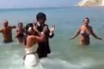 Sposini a mare: festa fra i bagnanti ad Eraclea