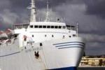 Naufragio, arrivato a Lampedusa il traghetto con le bare