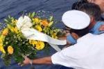 Naufragio, pescatori gettano fiori in mare per le vittime