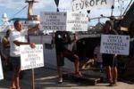 """Barroso e Letta a Lampedusa, urla e proteste: """"Vergogna!"""""""