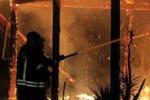 Agrigento, a fuoco il lido Marakajbo: le immagini