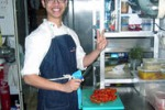 Corso di cucina, giovane vietnamita tra i fornelli a Sciacca