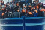 Lampedusa, barconi con 596 migranti: le immagini dei soccorsi