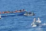 Migranti, nuovi arrivi a Pozzallo: le immagini del salvataggio