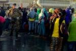 Lampedusa, sbarcano 350 migranti: le immagini