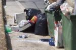 Cassonetti pieni e rifiuti in strada a Canicattì