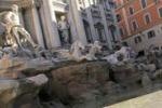 La fontana di Trevi svuotata per restauro. Le immagini