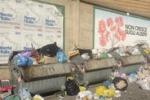 Cassonetti stracolmi e rifiuti per strada a Caltanissetta