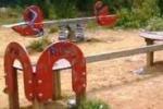 Gela, bambinopoli abbandonata tra erba alta e sporcizia