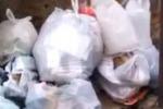 Gela, rifiuti per strada nel cuore del centro storico