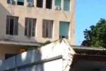 """Gela, rifiuti """"parcheggiati"""" davanti al municipio"""
