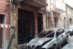 Auto in fiamme a Gela, danneggiata anche una palazzina