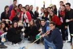 Mussomeli, gli alunni protestano con ramazze e sapone