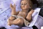 A Gela il Gesù Bambino su una mangiatoia di... bollette