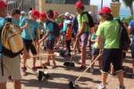 Gela, ragazzi puliscono il quartiere: in campo anche prete e sindaco