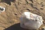Gela, la spiaggia piena di rifiuti