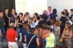 Gela, operatrici socali senza stipendi: il video della protesta