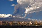 Etna, violenti boati e cenere: l'allarme dei sindaci