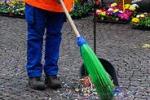 Catania, politici con scope e ramazze per pulire la città