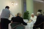 La foto. Il Papa fa colazione, la foto spopola sul web