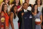 In posa con le orecchie da coniglio: scherzo per Obama